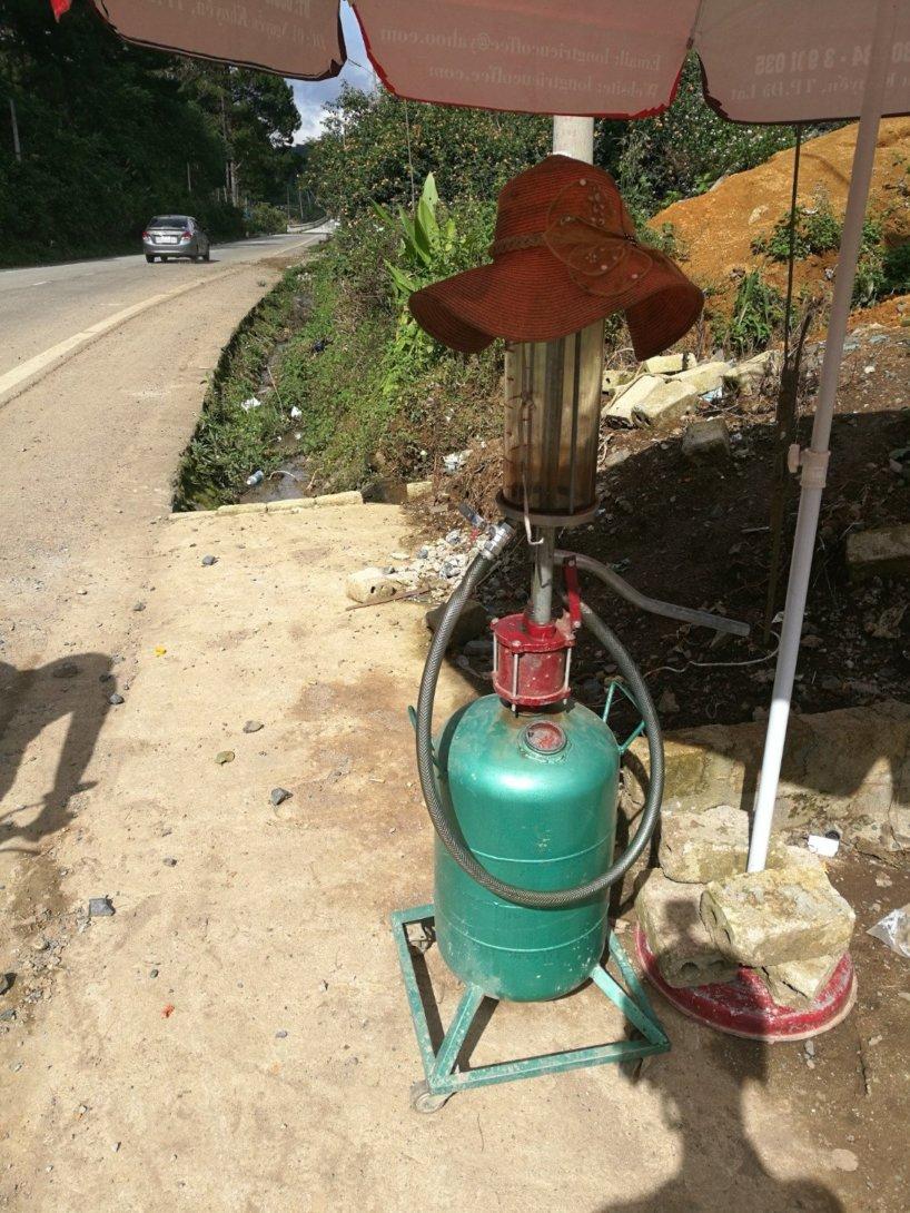 Kleine Improvisierte Tankstelle auf dem Land